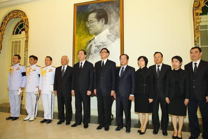 ผู้นำเวียดนามเข้าร่วมพิธีถวายอาลัยพระบาทสมเด็จพระเจ้าอยู่หัวในพระบรมโกศ - ảnh 5