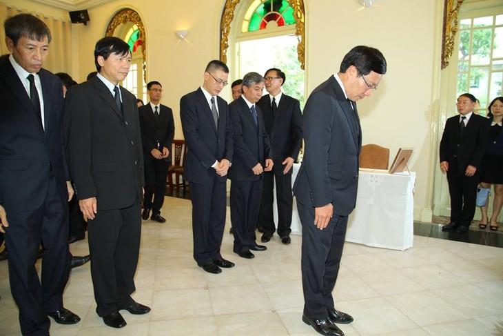 ผู้นำเวียดนามเข้าร่วมพิธีถวายอาลัยพระบาทสมเด็จพระเจ้าอยู่หัวในพระบรมโกศ - ảnh 7