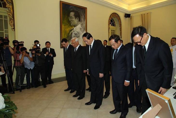ผู้นำเวียดนามเข้าร่วมพิธีถวายอาลัยพระบาทสมเด็จพระเจ้าอยู่หัวในพระบรมโกศ - ảnh 4