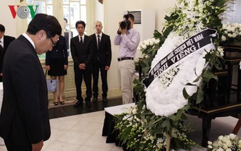 ผู้นำเวียดนามเข้าร่วมพิธีถวายอาลัยพระบาทสมเด็จพระเจ้าอยู่หัวในพระบรมโกศ - ảnh 2