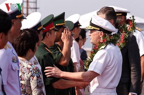 เรือของกองทัพเรือสหรัฐเข้าเทียบท่าเรือเตียนซา นครดานัง - ảnh 1