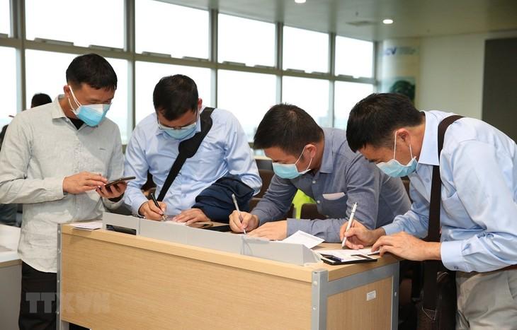 ผู้โดยสารที่เข้าประเทศเวียดนามผ่านสนามบินนานาชาติโหน่ยบ่ายได้รับการตรวจคัดกรองสุขภาพอย่างเข้มงวด - ảnh 1