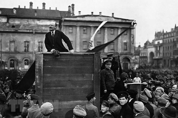 วลาดีเมียร์ อิลลิช เลนิน นักคิดที่ยิ่งใหญ่ ผู้นำที่ปรีชาสามารถของชนชั้นกรรมกร แรงงานและประชาชาติที่ถูกกดขี่ขูดรีดในทั่วโลก - ảnh 1