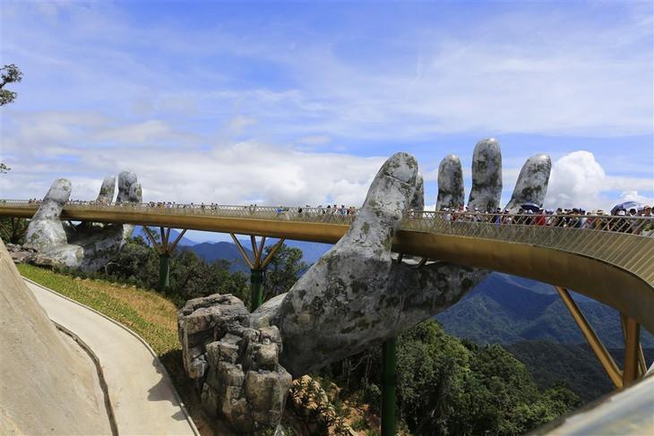 Cau Vang หรือสะพานทองที่ Ba Na Hills นครดานัง ติดรายชื่อสะพานที่สวยที่สุดในโลก - ảnh 4