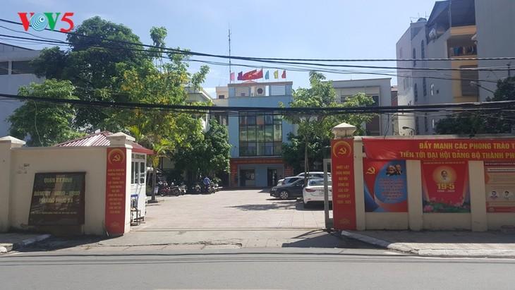 สถานทูตไทย ณ กรุงฮานอย ทีมประเทศไทยและภาคเอกชนมอบสิ่งของบรรเทาทุกข์ให้แก่ผู้ที่มีฐานะยากจนที่ได้รับผลกระทบจากโรคโควิด-19 ในแขวง ฟุกซ้า เขตบาดิ่งห์ กรุงฮานอย - ảnh 3