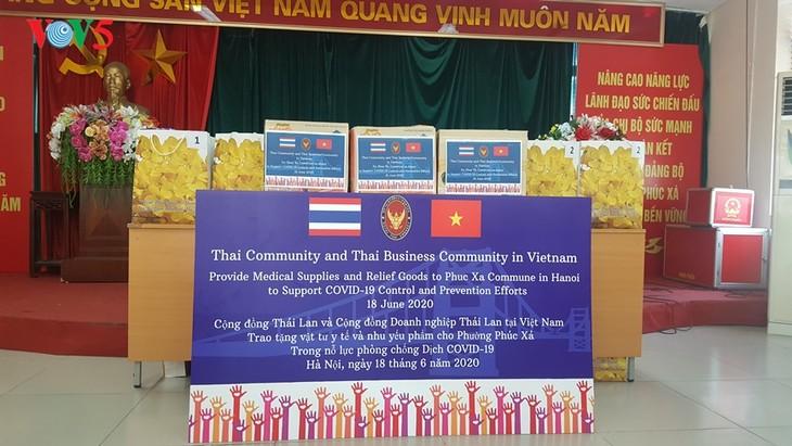 สถานทูตไทย ณ กรุงฮานอย ทีมประเทศไทยและภาคเอกชนมอบสิ่งของบรรเทาทุกข์ให้แก่ผู้ที่มีฐานะยากจนที่ได้รับผลกระทบจากโรคโควิด-19 ในแขวง ฟุกซ้า เขตบาดิ่งห์ กรุงฮานอย - ảnh 4