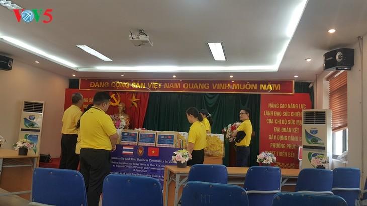 สถานทูตไทย ณ กรุงฮานอย ทีมประเทศไทยและภาคเอกชนมอบสิ่งของบรรเทาทุกข์ให้แก่ผู้ที่มีฐานะยากจนที่ได้รับผลกระทบจากโรคโควิด-19 ในแขวง ฟุกซ้า เขตบาดิ่งห์ กรุงฮานอย - ảnh 6