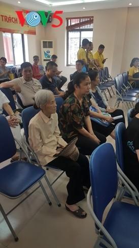 สถานทูตไทย ณ กรุงฮานอย ทีมประเทศไทยและภาคเอกชนมอบสิ่งของบรรเทาทุกข์ให้แก่ผู้ที่มีฐานะยากจนที่ได้รับผลกระทบจากโรคโควิด-19 ในแขวง ฟุกซ้า เขตบาดิ่งห์ กรุงฮานอย - ảnh 8
