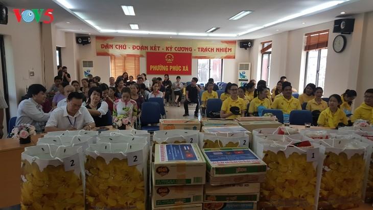 สถานทูตไทย ณ กรุงฮานอย ทีมประเทศไทยและภาคเอกชนมอบสิ่งของบรรเทาทุกข์ให้แก่ผู้ที่มีฐานะยากจนที่ได้รับผลกระทบจากโรคโควิด-19 ในแขวง ฟุกซ้า เขตบาดิ่งห์ กรุงฮานอย - ảnh 9