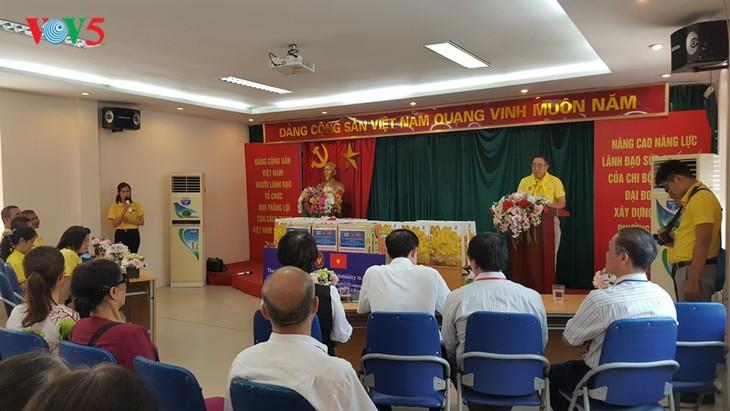 สถานทูตไทย ณ กรุงฮานอย ทีมประเทศไทยและภาคเอกชนมอบสิ่งของบรรเทาทุกข์ให้แก่ผู้ที่มีฐานะยากจนที่ได้รับผลกระทบจากโรคโควิด-19 ในแขวง ฟุกซ้า เขตบาดิ่งห์ กรุงฮานอย - ảnh 10