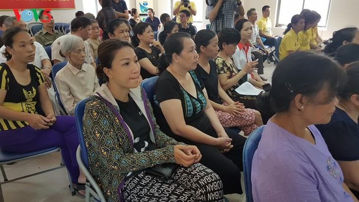 สถานทูตไทย ณ กรุงฮานอย ทีมประเทศไทยและภาคเอกชนมอบสิ่งของบรรเทาทุกข์ให้แก่ผู้ที่มีฐานะยากจนที่ได้รับผลกระทบจากโรคโควิด-19 ในแขวง ฟุกซ้า เขตบาดิ่งห์ กรุงฮานอย - ảnh 11