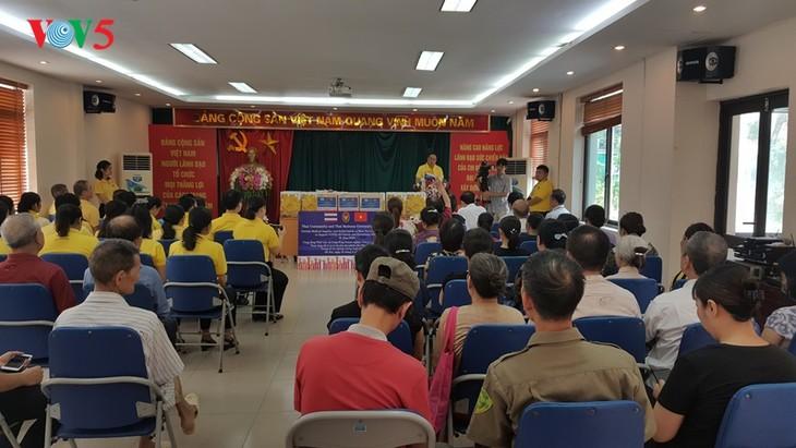 สถานทูตไทย ณ กรุงฮานอย ทีมประเทศไทยและภาคเอกชนมอบสิ่งของบรรเทาทุกข์ให้แก่ผู้ที่มีฐานะยากจนที่ได้รับผลกระทบจากโรคโควิด-19 ในแขวง ฟุกซ้า เขตบาดิ่งห์ กรุงฮานอย - ảnh 12