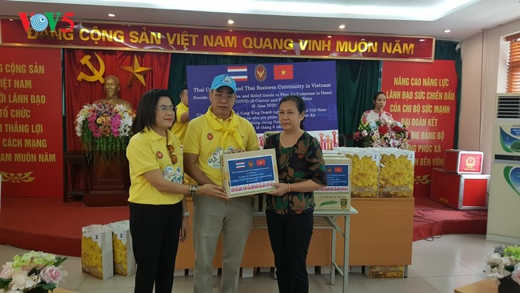 สถานทูตไทย ณ กรุงฮานอย ทีมประเทศไทยและภาคเอกชนมอบสิ่งของบรรเทาทุกข์ให้แก่ผู้ที่มีฐานะยากจนที่ได้รับผลกระทบจากโรคโควิด-19 ในแขวง ฟุกซ้า เขตบาดิ่งห์ กรุงฮานอย - ảnh 13