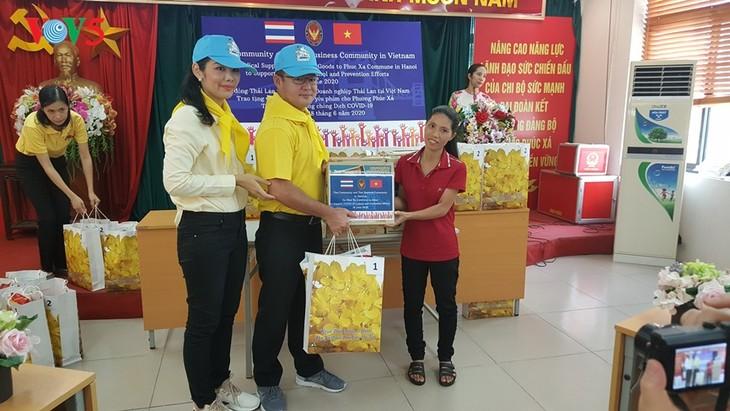 สถานทูตไทย ณ กรุงฮานอย ทีมประเทศไทยและภาคเอกชนมอบสิ่งของบรรเทาทุกข์ให้แก่ผู้ที่มีฐานะยากจนที่ได้รับผลกระทบจากโรคโควิด-19 ในแขวง ฟุกซ้า เขตบาดิ่งห์ กรุงฮานอย - ảnh 14