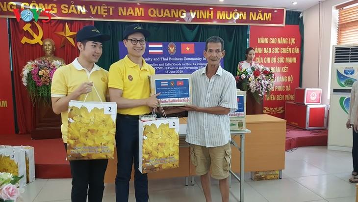 สถานทูตไทย ณ กรุงฮานอย ทีมประเทศไทยและภาคเอกชนมอบสิ่งของบรรเทาทุกข์ให้แก่ผู้ที่มีฐานะยากจนที่ได้รับผลกระทบจากโรคโควิด-19 ในแขวง ฟุกซ้า เขตบาดิ่งห์ กรุงฮานอย - ảnh 16