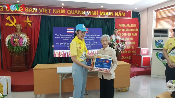 สถานทูตไทย ณ กรุงฮานอย ทีมประเทศไทยและภาคเอกชนมอบสิ่งของบรรเทาทุกข์ให้แก่ผู้ที่มีฐานะยากจนที่ได้รับผลกระทบจากโรคโควิด-19 ในแขวง ฟุกซ้า เขตบาดิ่งห์ กรุงฮานอย - ảnh 17