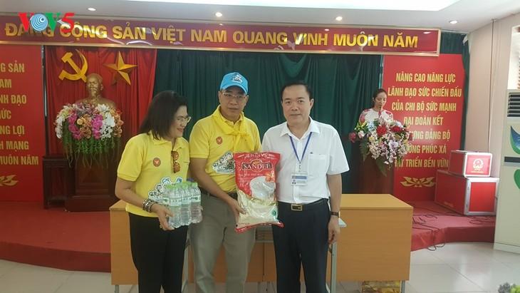 สถานทูตไทย ณ กรุงฮานอย ทีมประเทศไทยและภาคเอกชนมอบสิ่งของบรรเทาทุกข์ให้แก่ผู้ที่มีฐานะยากจนที่ได้รับผลกระทบจากโรคโควิด-19 ในแขวง ฟุกซ้า เขตบาดิ่งห์ กรุงฮานอย - ảnh 18