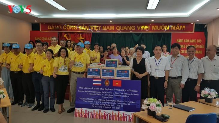 สถานทูตไทย ณ กรุงฮานอย ทีมประเทศไทยและภาคเอกชนมอบสิ่งของบรรเทาทุกข์ให้แก่ผู้ที่มีฐานะยากจนที่ได้รับผลกระทบจากโรคโควิด-19 ในแขวง ฟุกซ้า เขตบาดิ่งห์ กรุงฮานอย - ảnh 19