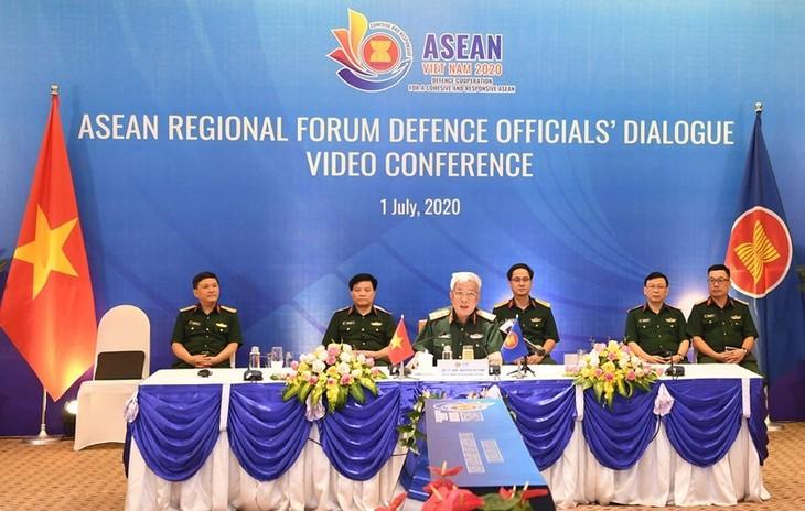 การสนทนาเจ้าหน้าที่อาวุโสด้านกลาโหมฟอรั่มภูมิภาคอาเซียนหรือ ARF DOD ผลักดันร่วมมือในการป้องกันและรับมือการแพร่ระบาด - ảnh 1