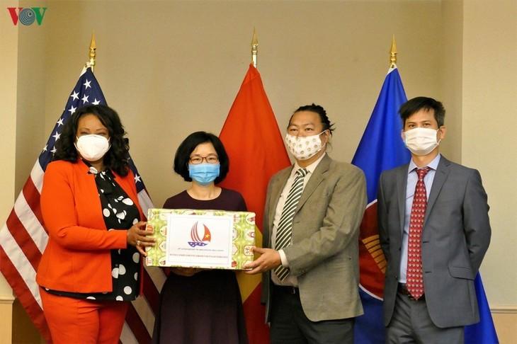 สถานทูตเวียดนามประจำสหรัฐมอบหน้ากากอนามัยให้แก่กรุงวอชิงตัน - ảnh 1