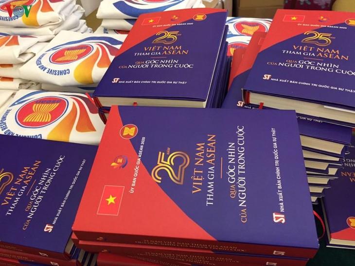 """เปิดตัวหนังสือ """"25 ปีเวียดนามเข้าร่วมอาเซียนผ่านมุมมองของผู้อยู่ในเหตุการณ์"""" - ảnh 1"""