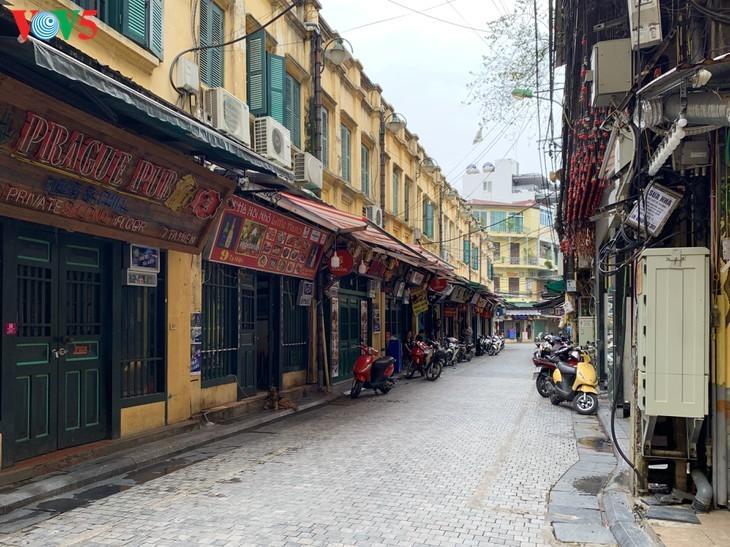 บรรยากาศย่านโบราณ 36 สายในกรุงฮานอยที่ได้รับผลกระทบจากโรคโควิด-19 - ảnh 2