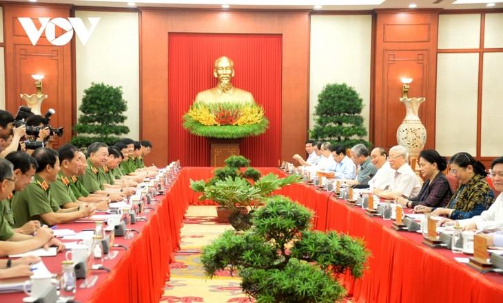 กรมการเมืองประชุมเกี่ยวกับการเตรียมจัดการประชุมพรรคสาขาตำรวจส่วนกลางครั้งที่ 7 - ảnh 1