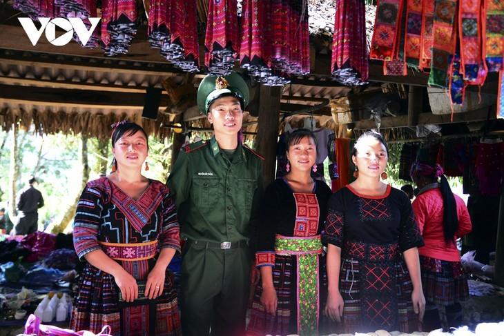 หมู่บ้านชนเผ่าม้งที่เชิงเขา เซินบากไม - ảnh 20
