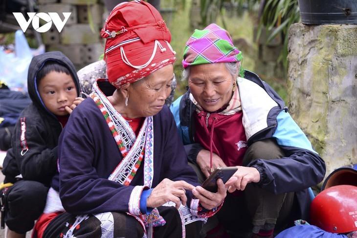 หมู่บ้านชนเผ่าม้งที่เชิงเขา เซินบากไม - ảnh 17