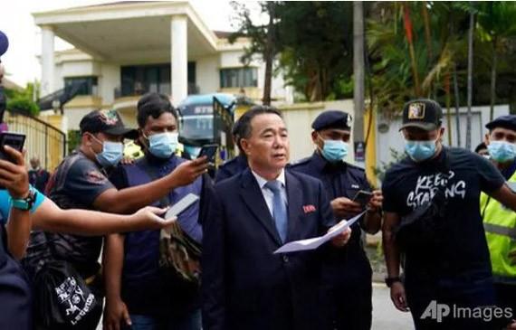 เจ้าหน้าที่การทูตของสาธารณรัฐประชาธิปไตยประชาชนเกาหลีและสมาชิกในครอบครัวเดินทางออกจากมาเลเซีย - ảnh 1