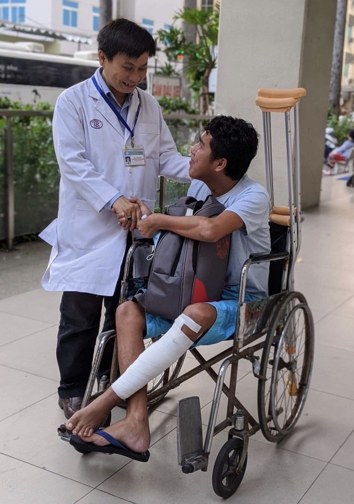 งานด้านสังคมสงเคราะห์เพื่อช่วยเหลือผู้ป่วยยากจน - ảnh 1