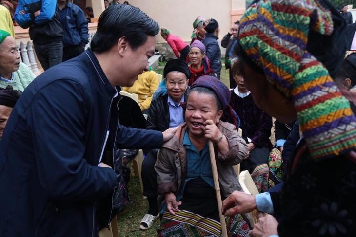 งานด้านสังคมสงเคราะห์เพื่อช่วยเหลือผู้ป่วยยากจน - ảnh 2