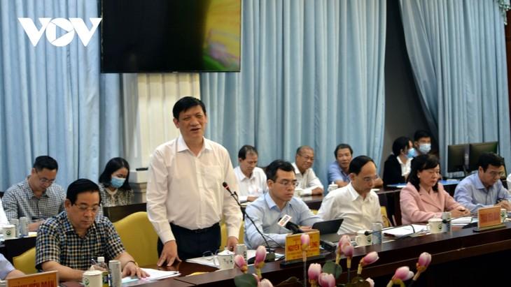 รัฐมนตรีว่าการกระทรวงสาธารณสุข เหงียนแทงลอง ตรวจสอบงานด้านการป้องกันและรับมือการแพร่ระบาดของโรคโควิด-19 ในจังหวัดหวิงลอง - ảnh 1