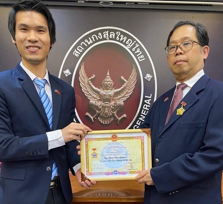 """มอบเข็มที่ระลึก """"เพื่อสันติภาพและมิตรภาพระหว่างประชาชาติ"""" ให้แก่กงสุลใหญ่ไทย ณ นครโฮจิมินห์ - ảnh 1"""