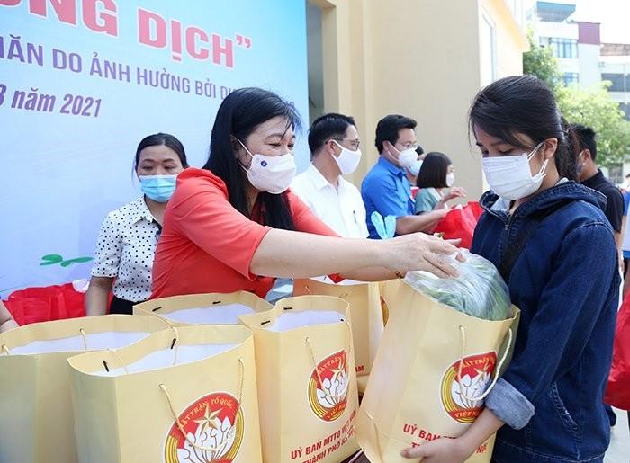 กรุงฮานอยปฏิบัติมาตรการช่วยเหลือหลังเกิดการแพร่ระบาดของโควิดอย่างคล่องตัว - ảnh 1
