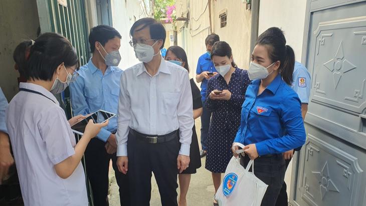 กรุงฮานอยปฏิบัติมาตรการช่วยเหลือหลังเกิดการแพร่ระบาดของโควิดอย่างคล่องตัว - ảnh 2