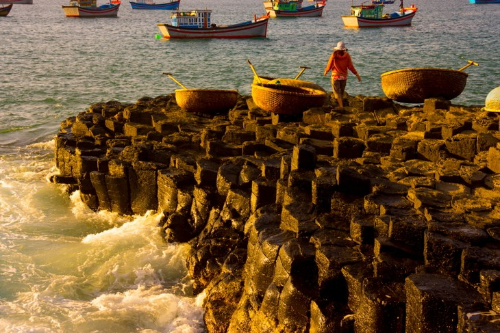 The pristine coastal beauty of Phu Yen province - ảnh 2
