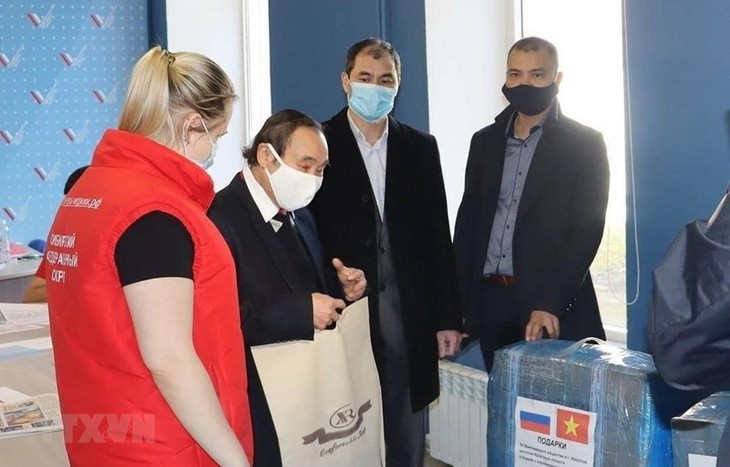 Vietnamese expats in Russia donate face masks to local volunteers - ảnh 1