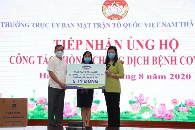 Vinamilk donates 50,000 COVID-19 sample collection kits to Hanoi - ảnh 1