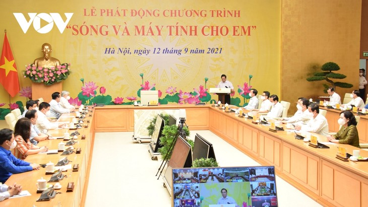 Hanoi donates computers, online learning kits for disadvantaged students  - ảnh 1