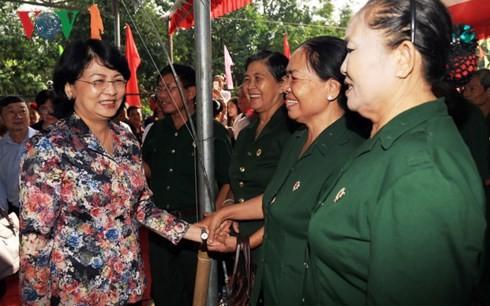 Vizestaatspräsidentin Dang Thi Ngoc Thinh nimmt am Festtag der Solidarität des Volkes teil - ảnh 1
