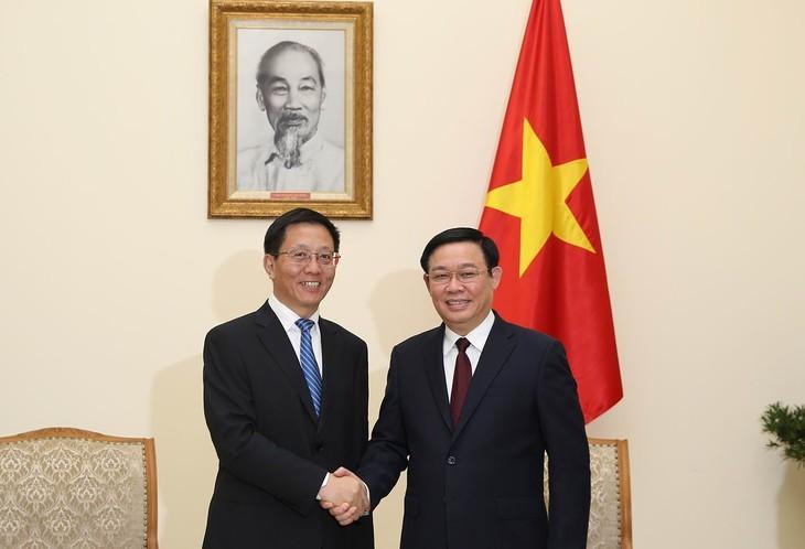 Vizepremierminister Vuong Dinh Hue empfängt den Vizesekretär der Parteileitung der chinesischen Provinz Yunnan - ảnh 1