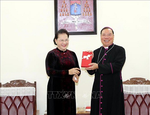 Weihnachten: Parlamentspräsidentin Nguyen Thi Kim Ngan besucht den Amtssitz des Erzbischofs von Hanoi - ảnh 1