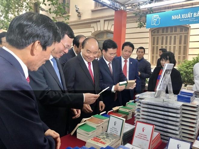 Premierminister Nguyen Xuan Phuc besucht Buchausstellung zum 90. Gründungstag der KPV - ảnh 1