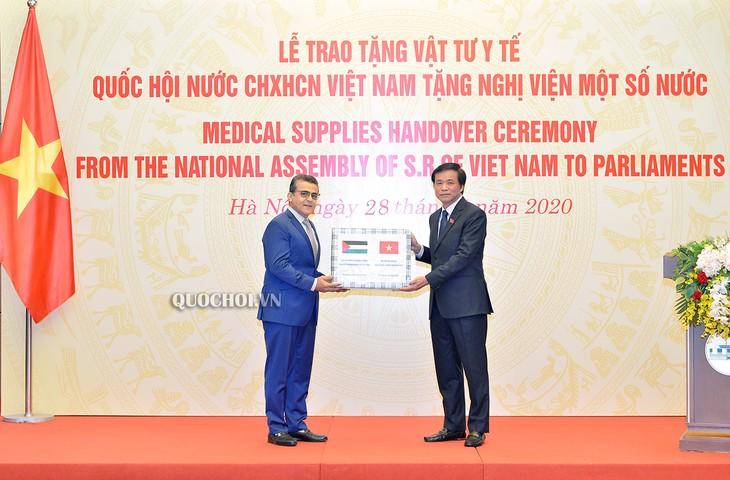 Vietnamesisches Parlament schenkt Parlamenten einiger Länder in Afrika und im Nahen Osten medizinische Ausrüstungen - ảnh 1