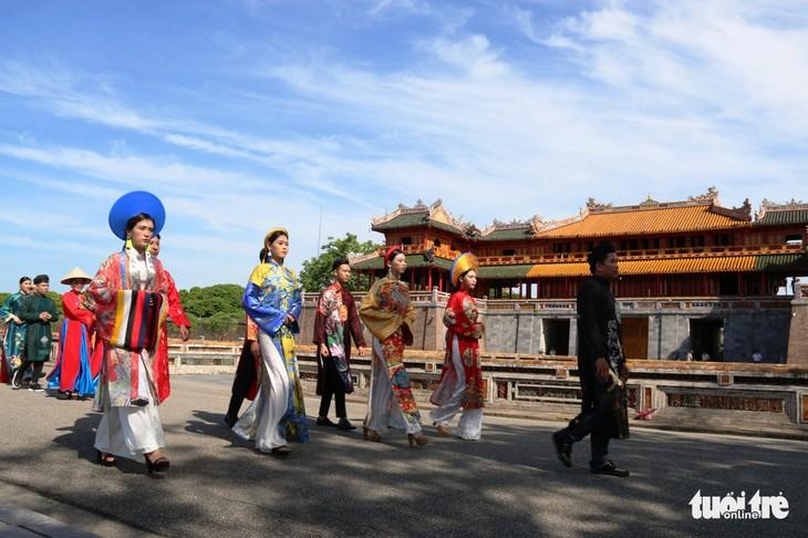 Parade mit Ao Dai ehrt König Nguyen Phuc Khoat - ảnh 1