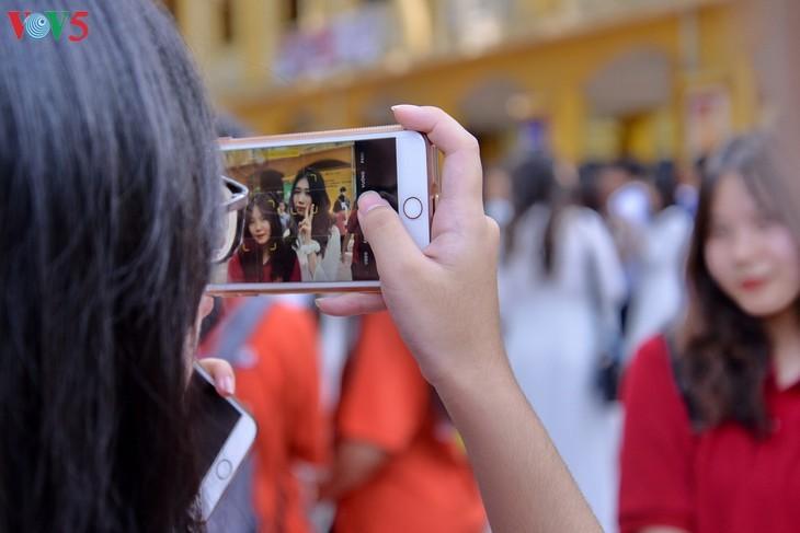 Berührte Momente beim Schulabschluss der Schüler der 12. Klassen - ảnh 12