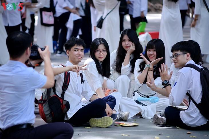 Berührte Momente beim Schulabschluss der Schüler der 12. Klassen - ảnh 14