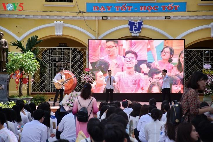 Berührte Momente beim Schulabschluss der Schüler der 12. Klassen - ảnh 2