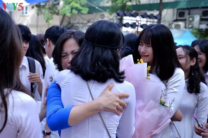 Berührte Momente beim Schulabschluss der Schüler der 12. Klassen - ảnh 6